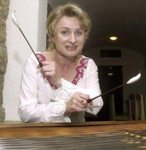 Olga Kostelencová - cimbál, příčná, zobcová flétna, zpěv